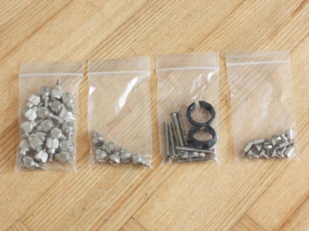 Bỏ những linh kiện nhỏ vào túi riêng khi tháo lắp