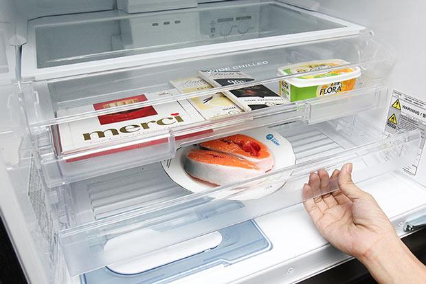 Dọn dẹp vật dụng, thực phẩm bên trong tủ