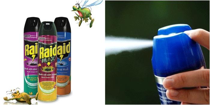 Dùng bình xịt đuổi côn trùng