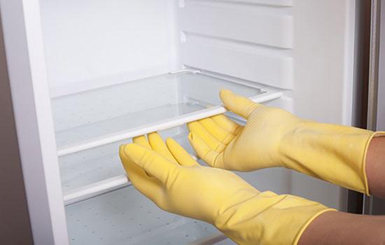 Tháo các ngăn chứa đồ bên trong tủ lạnh