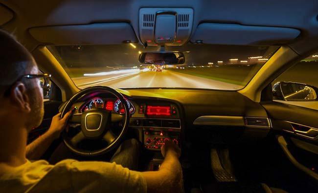 Bật đèn trong buồng lái xe