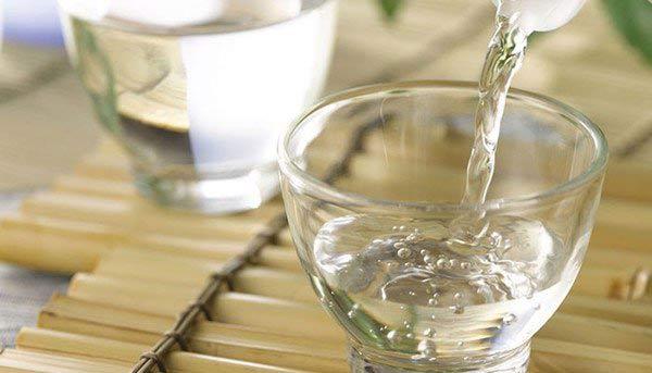 Sử dụng nước ấm và một ít nước tẩy rửa