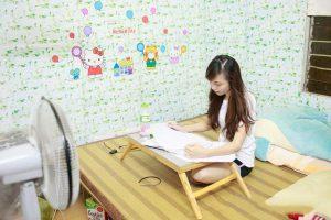 Trang trí phòng trọ sinh viên nghèo bằng giấy dán tường