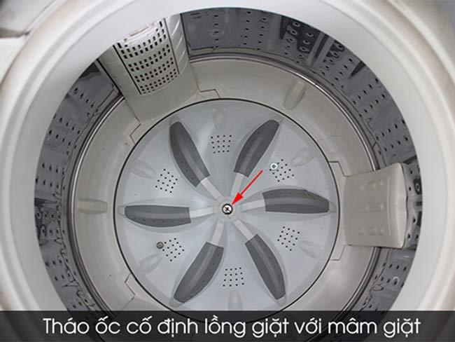 Tháo ốc cố định lồng giặt và mâm giặt